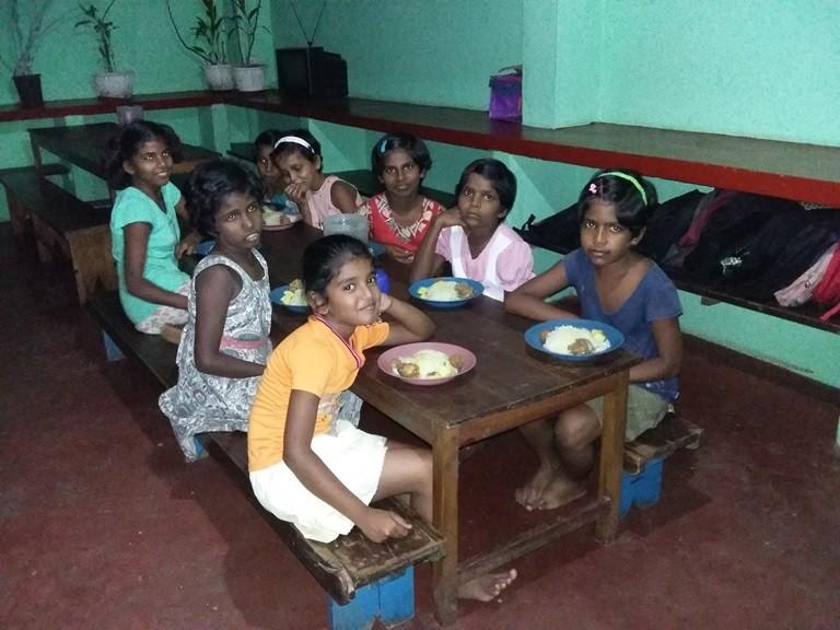 Niu00f1as-orfanato-Comiendo